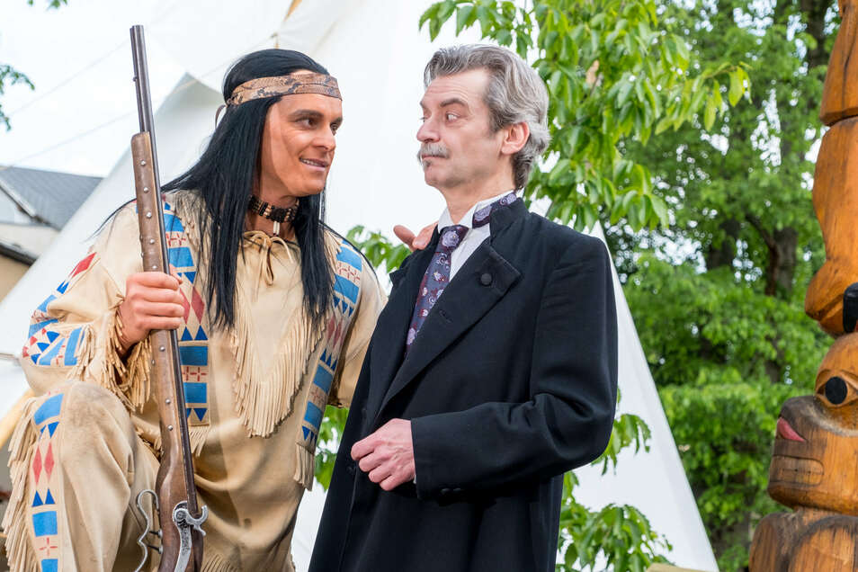 Winnetou (Michael Berndt-Cananá) und Karl May (Robby Langer) am Tipi im Karl-May-Museum in Radebeul.