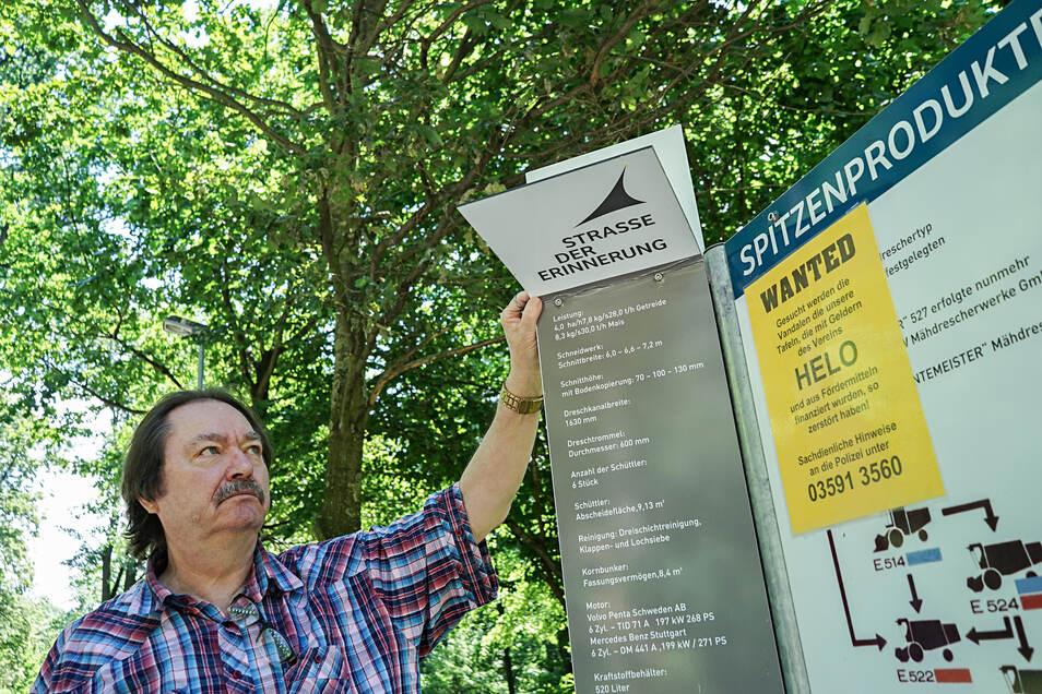 Große Infotafeln erinnern in Obergurig an den Landmaschinenbau. Erst vor einem Jahr sind sie auf Initiative eines Vereins aufgestellt worden. Jetzt wurden sie beschädigt. Vorsitzender Ronald Seckel ärgert sich unter anderem über umgeknickte Teile.