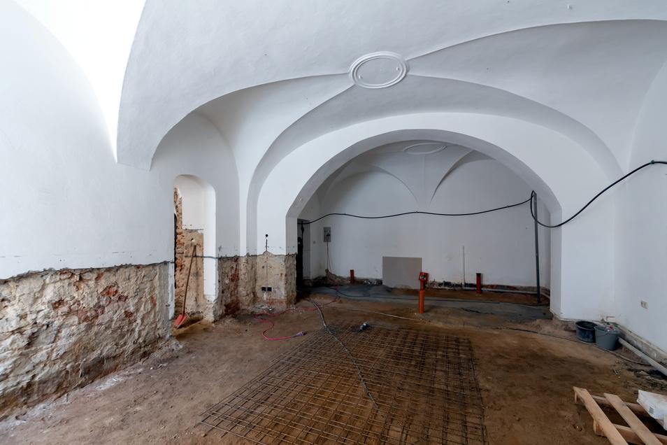 Das Erdgeschoss mit den Gewölberäumen wird zuerst fertig sein. Das Mauerwerk muss trockengelegt und der Fußboden erneuert werden.
