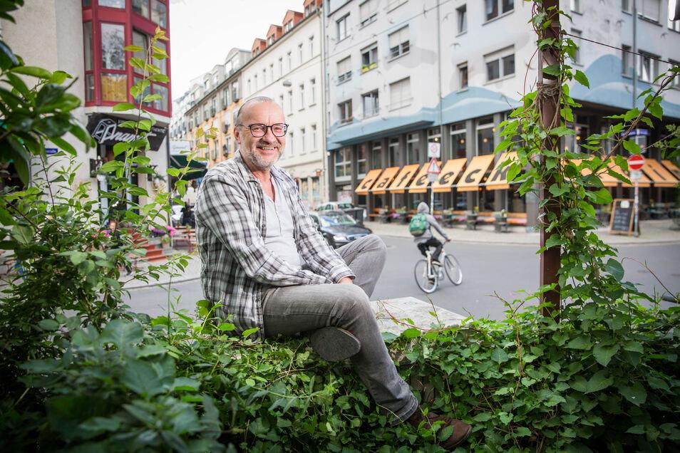 Ulf Neuhaus im Herzen der Neustadt: Das Kneipenleben läuft im Dresdner Szeneviertel noch nicht wieder rund. Bars und Clubs müssen geschlossen bleiben oder sind im Corona-Notbetrieb.