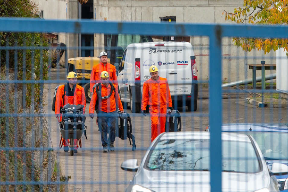 Bergleute verlassen den Schacht der Grube in Teutschenthal.