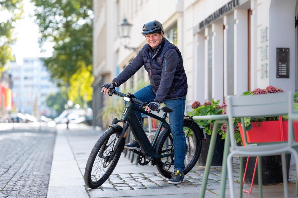 Der bewegte Mann: Monarchs-Präsident Sören Glöckner düst auf seinem 45 km/h schnellen Speed-Pedelec zu allen Terminen in Dresden.