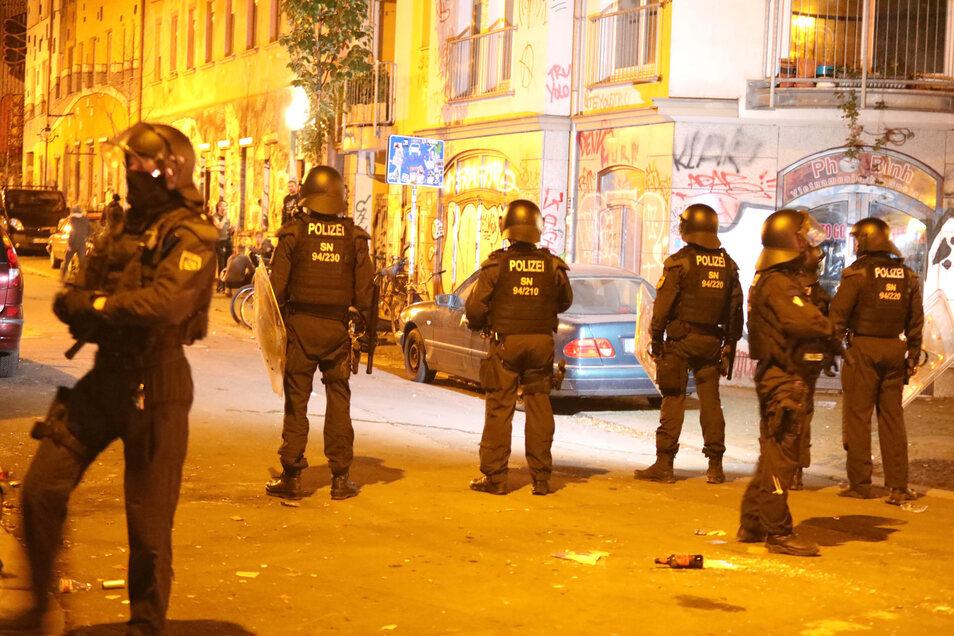 Polizisten sind auf der Bornaischen Straße in Leipzig im Einsatz.