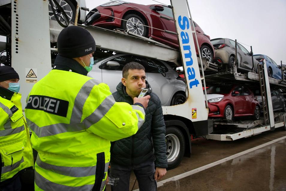 Der ukrainische Fahrer einer polnischen Firma fährt japanische Autos auf einem in Frankreich zugelassenen Transporter nach Osteuropa - und hat genau einen Pkw zu viel geladen.