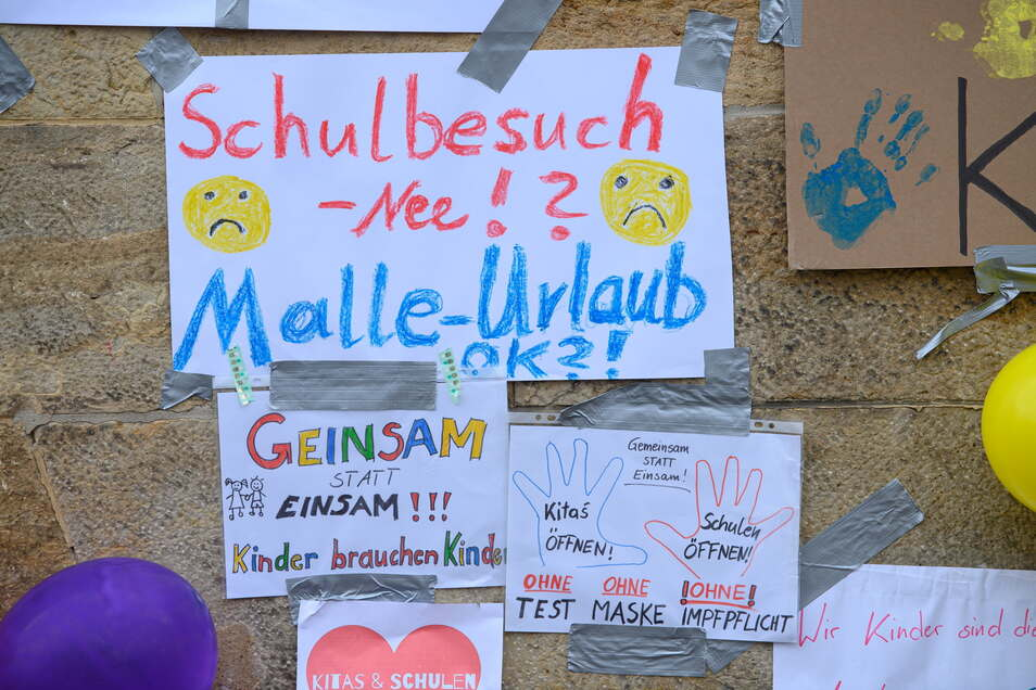 Schulbesuch nee - Malle ok? Plakat vor dem Radebeuler Rathaus.