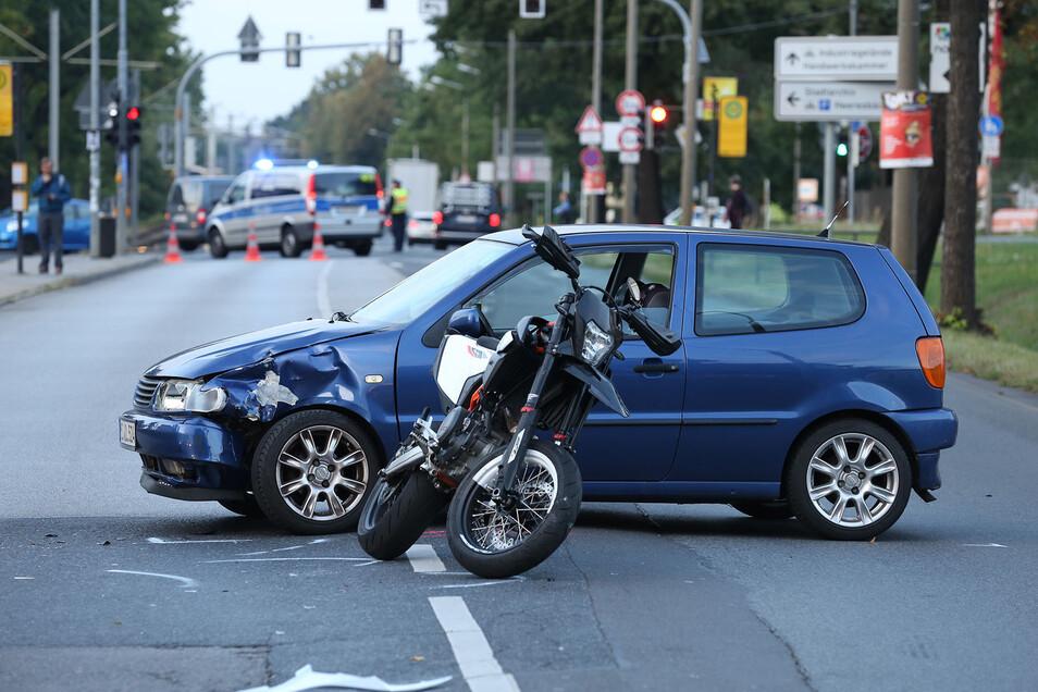 Die Königsbrücker Straße war am Mittwochabend mehrere Stunden wegen eines Unfalls gesperrt.