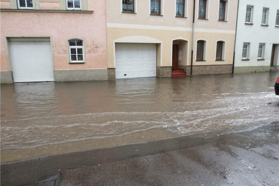 Das Wasser flutete in Döbeln unter anderem die Dresdner Straße.