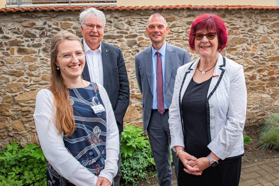 Anfang Juli bescherten die Mitarbeiter Gerlinde Franke einen Abschied in der Orangerie Großenhain. Gemeinsam mit ihrer Nachfolgerin Sylvia Spargen wurde Sachsens Ausländerbeauftragter Geert Mackenroth ebenso begrüßt wie Meißens Landrat Ralf Hänsel.