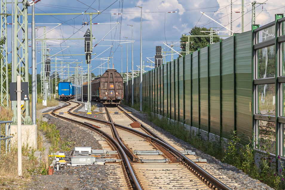 Das Heißläufergleis am Bahnhof Niesky auf der Neuhofer Seite ist oft mit Güterzügen belegt, obwohl es für Notfälle freizuhalten ist. Die Anwohner stört vor allem das lautstarke Rangieren und Umkoppeln in der Nacht.