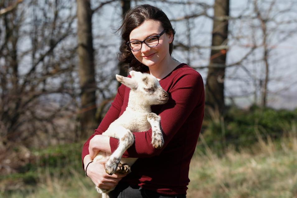 Anne Franze mit einem vier Wochen alten Osterlamm aus der Schäferei ihrer Eltern in Olbersdorf.