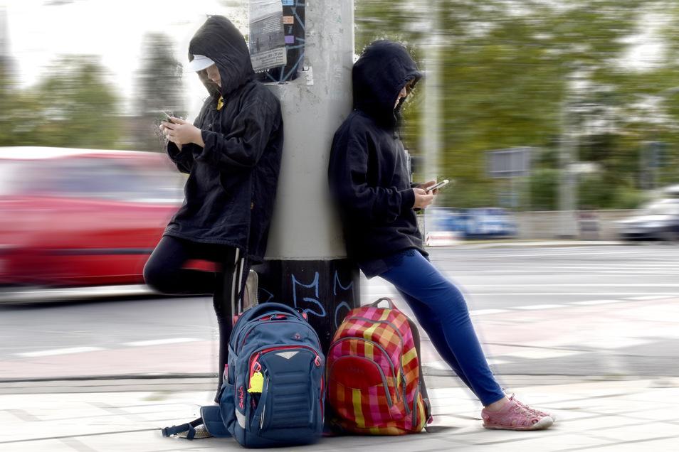 Handy statt Schule: Zwei Schulschwänzer in Dresden.