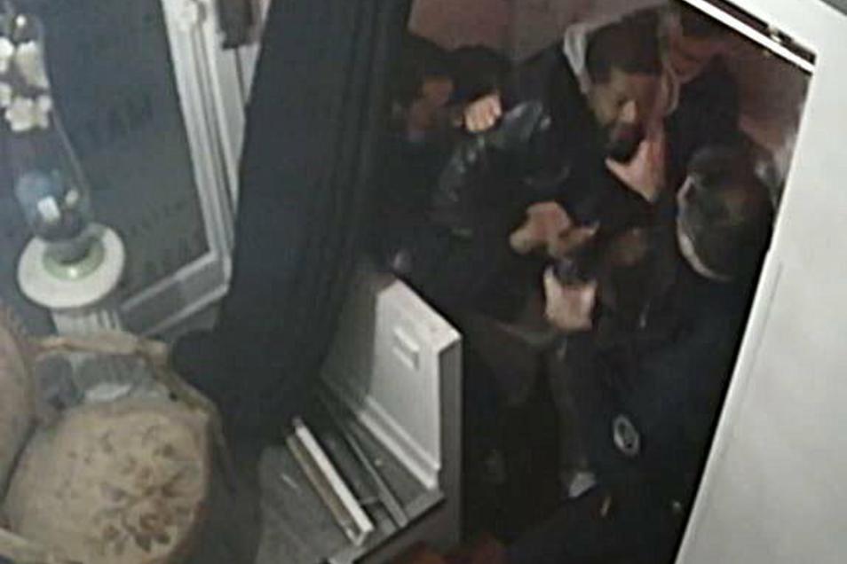 Eine Video einer Überwachungskamera zeigt, wie mehrere Polizisten einen Musikproduzenten im Eingang seines Produktionsstudios am 21. November 2020 massiv attackieren.