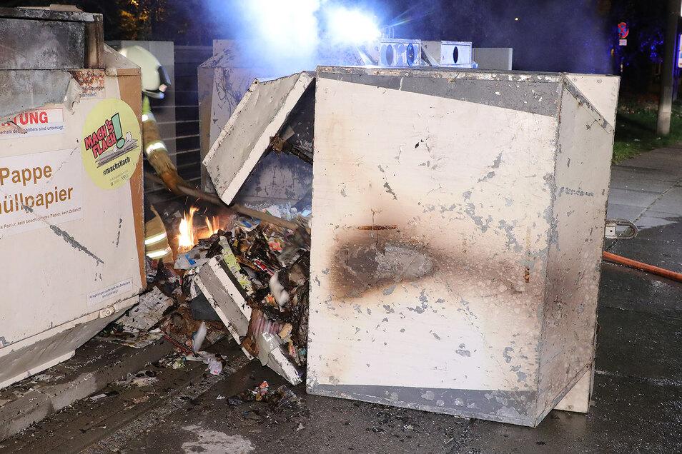 Am Amalie-Dietrich-Platz musste ein brennender Papiercontainer gelöscht werden. Am Abend zuvor brannte es dort schon einmal.