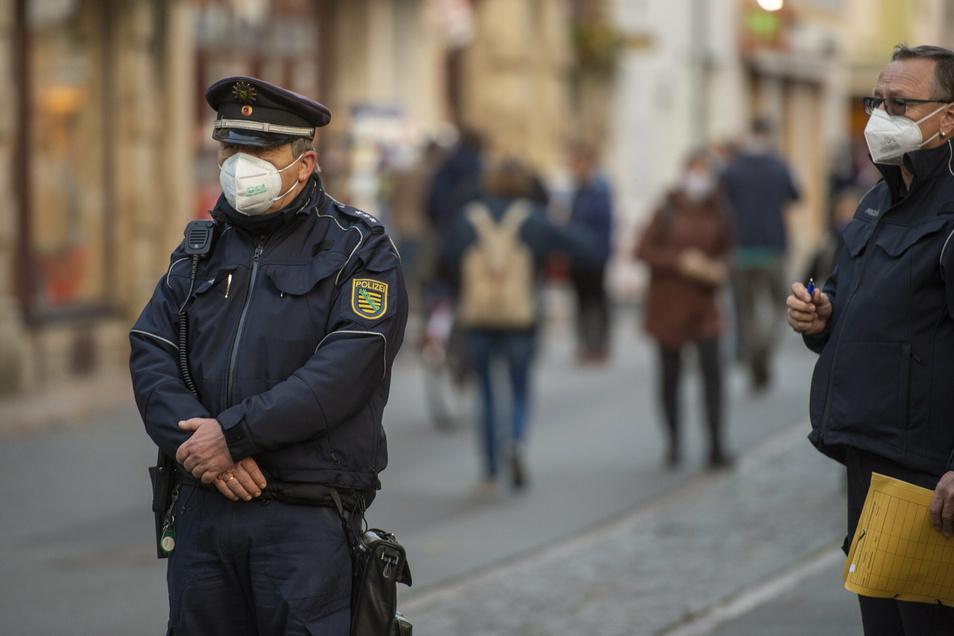 Polizeihauptkommissar Andreas Hutzel auf der Jacobäerstraße: Die meisten Kontrollierten zeigen sich einsichtig.