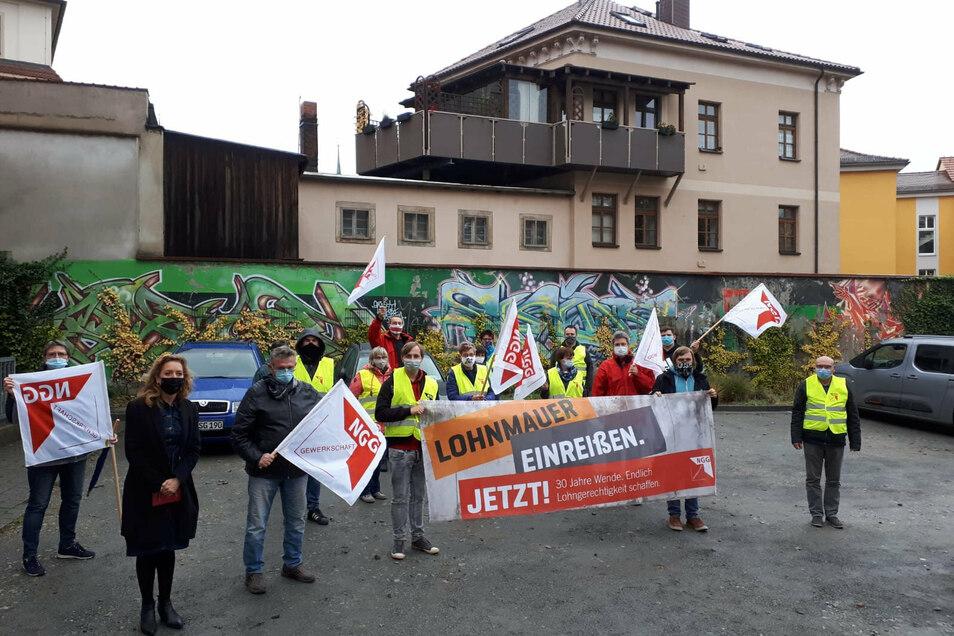 Am Bautzener Gewerkschaftshaus haben Mitarbeiter des Unternehmens Lausitzer Früchteverarbeitung am Freitag auf ihre Forderung nach Lohnangleichung aufmerksam gemacht.