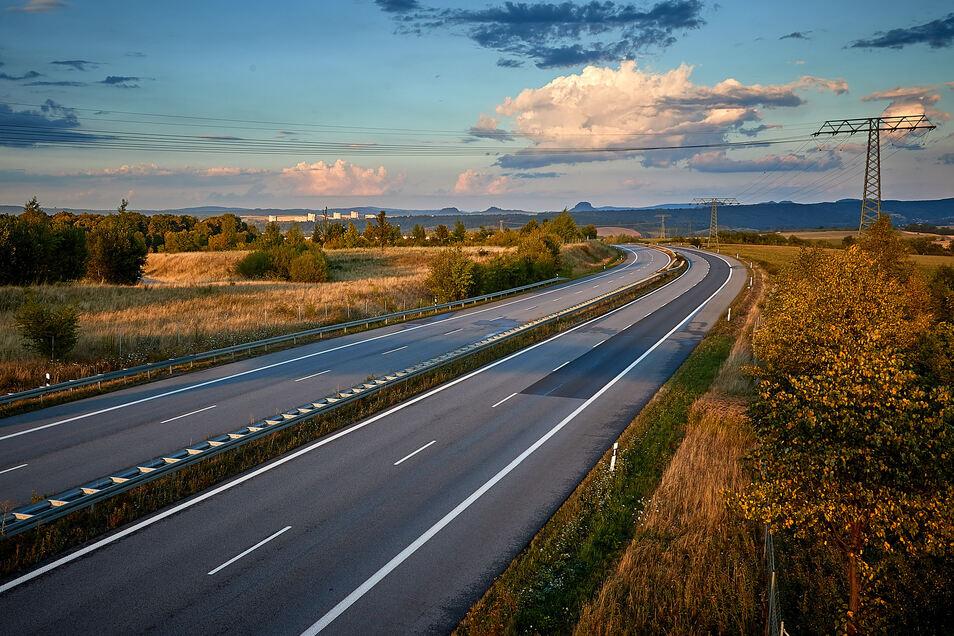 An der Autobahn soll der Industriepark Oberelbe entstehen. Nicht alle begrüßen das Vorhaben.