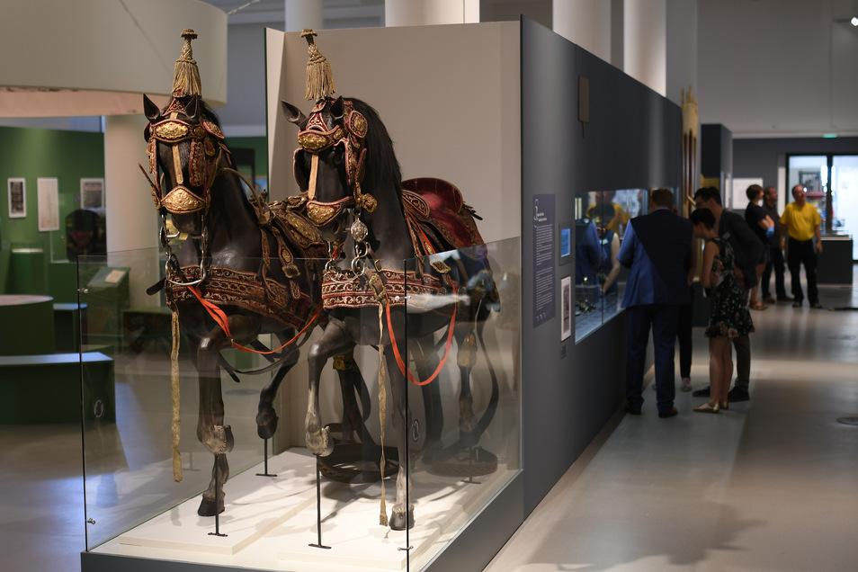 Besucher bewundern nicht nur die goldverzierten Pferde