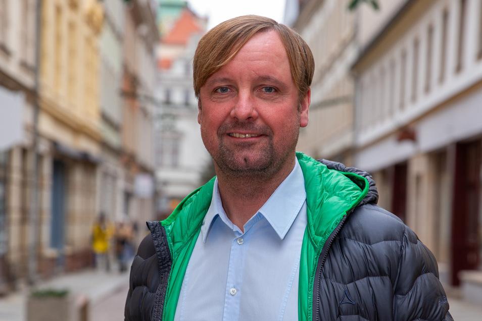 """""""Idealerweise nehmen wir auch etwas für unseren Erziehungsauftrag mit"""": Stefan Bohne, hier fotografiert kurz vor Jahreswechsel in der Pirnaer Altstadt."""