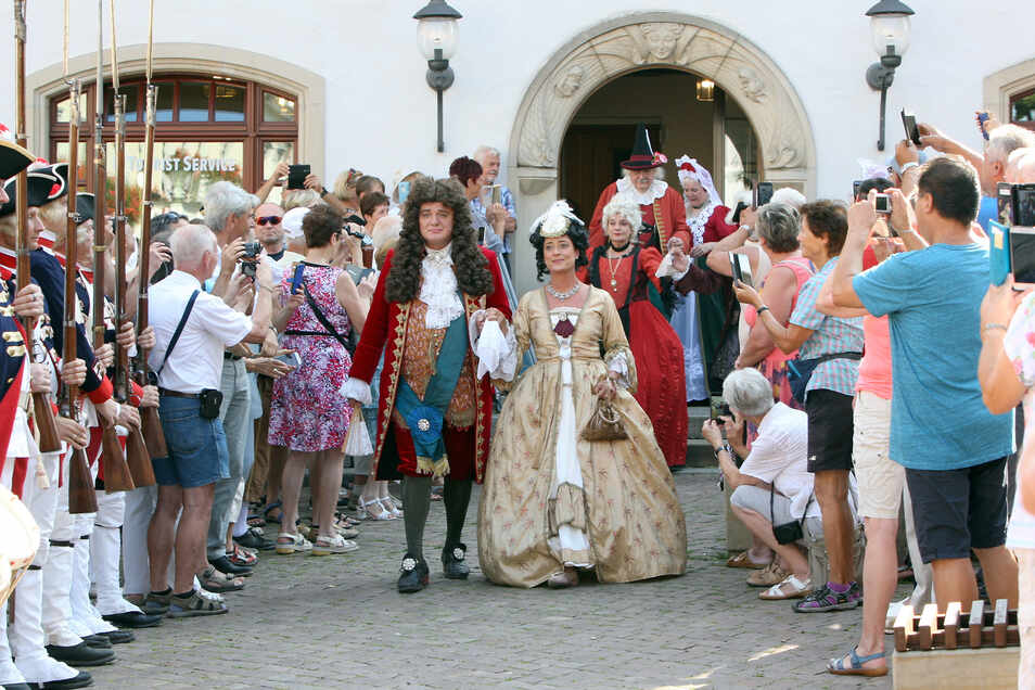 Der Empfang der Majestäten August der Starke mit Christiane Eberhardine und des Brautpaars Maria Josepha Benedikta Antonia Theresia Xaveria Philippine von Österreich und Friedrich August II. auf dem Pirnaer Markt lockte Hunderte Gäste an.