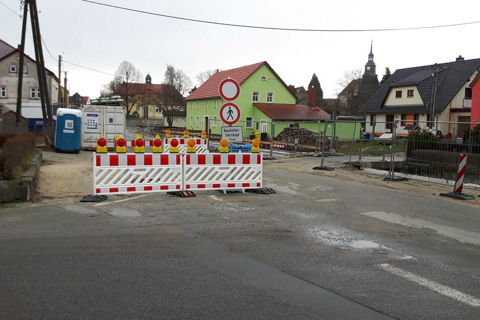 Alles ist gesperrt und doch ruht die Baustelle in Großnaundorf. Das sorgt für Ärger bei den Anwohnern.