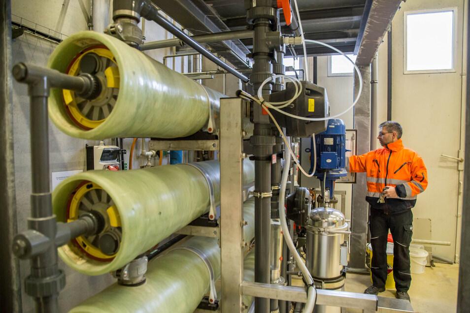 Hagen Schulz prüft die Osmoseanlage. Sie trennt Eisen- und Manganbestandteile aus dem Wasser, das seit vergangenem Jahr in großen Mengen von den Rothenburger Stadtwerken bezogen wird.