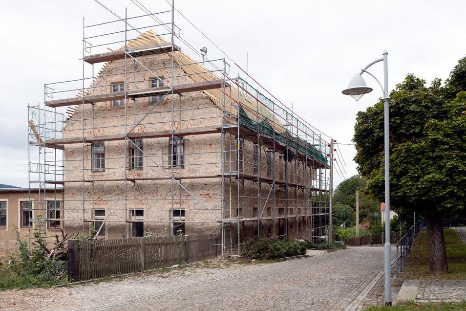 Die alte Cunewalder Kirchschule wird zum neuen Gemeindehaus umgebaut. Die Dacherneuerung hat schon begonnen. Dieser Tage sollen auch die Arbeiten zur Sanierung der Fassade starten.