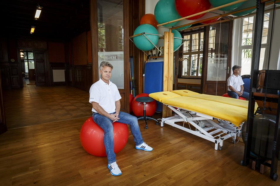 Der Görlitzer Physiotherapeut Hardy Kliese sitzt in seinen Praxisräumen am Mühlweg. Die meisten Patienten haben abgesagt oder sind abbestellt, aber die dringenden Fälle behandelt er weiter.