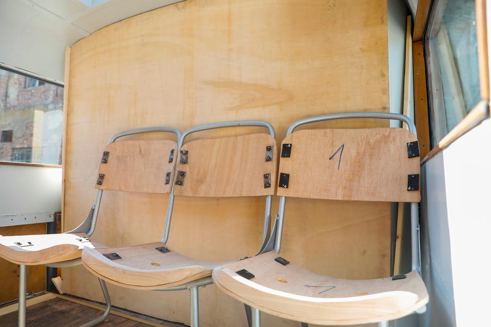 Das nun eingebaute Gestell für die Sitzbank ist schon aufgearbeitet worden. Jetzt folgen die Sattlerarbeiten.