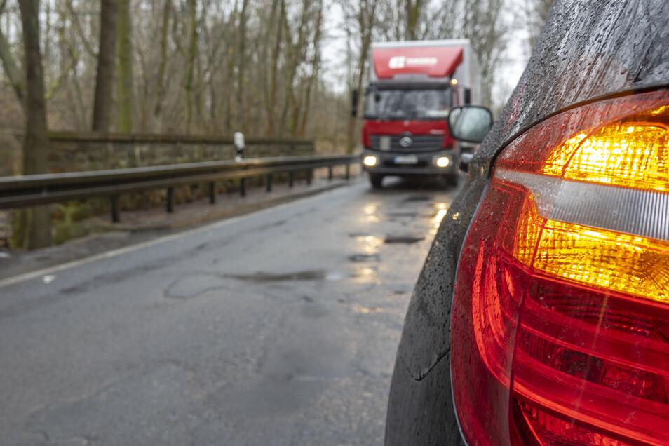 Die Straße von Waldheim nach Massanei ist in einem schlechten Zustand. Ab Mai soll sich das ändern.