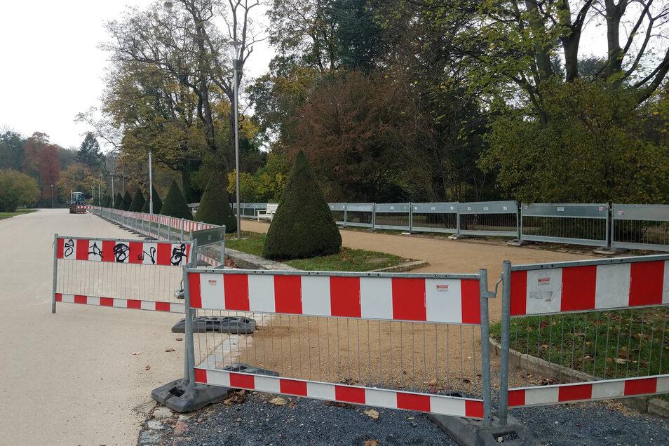 Abgesperrt sind dieser und andere Wege im Großen Garten. Dort werden neue, schlanke Leuchten aufgestellt. In dem Zuge wird auch die Wegedecke erneuert.
