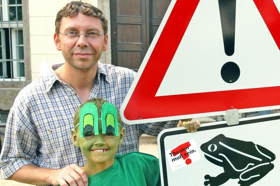 Lehrer Thomas Klose mit Nick Schwarz als Froschkönig in dem gleichnamigen Theaterstück.