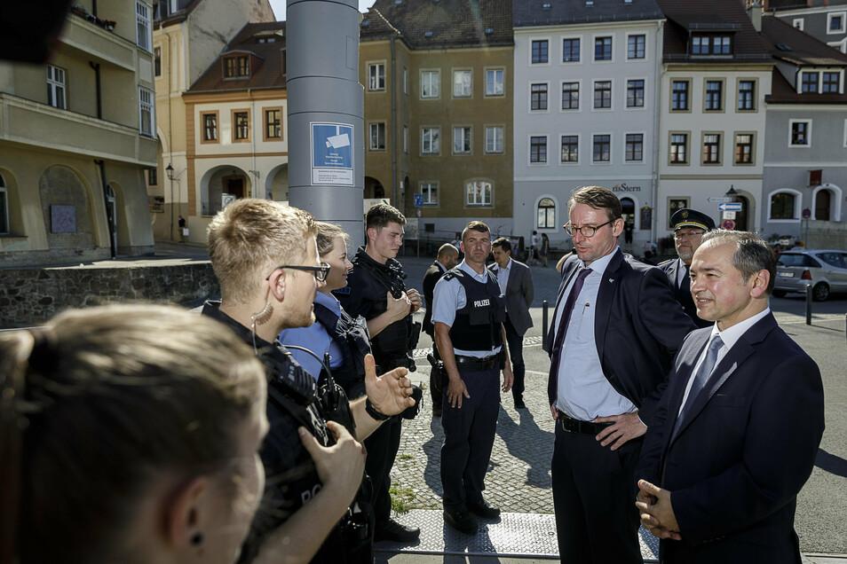 Mit Sachsens Innenminister Roland Wöller kürzlich auf der Altstadtbrücke. Beide haben die Videoüberwachung für Görlitz voran gebracht. Eine der Kameras ist an der Brücke befestigt.