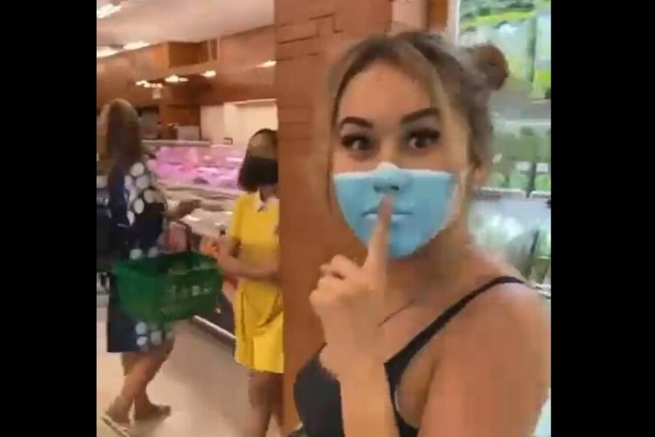 Influencerin Leia Se bei ihrer Aktion in einem indonesischen Supermarkt.