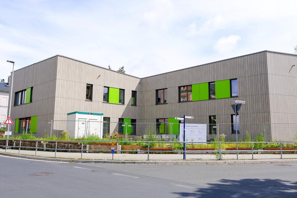 Blick an der Kreuzung Schilden-, Pestalozzistraße auf den neuen Hort: Die Außenfassade bekam eine Holzoptik.