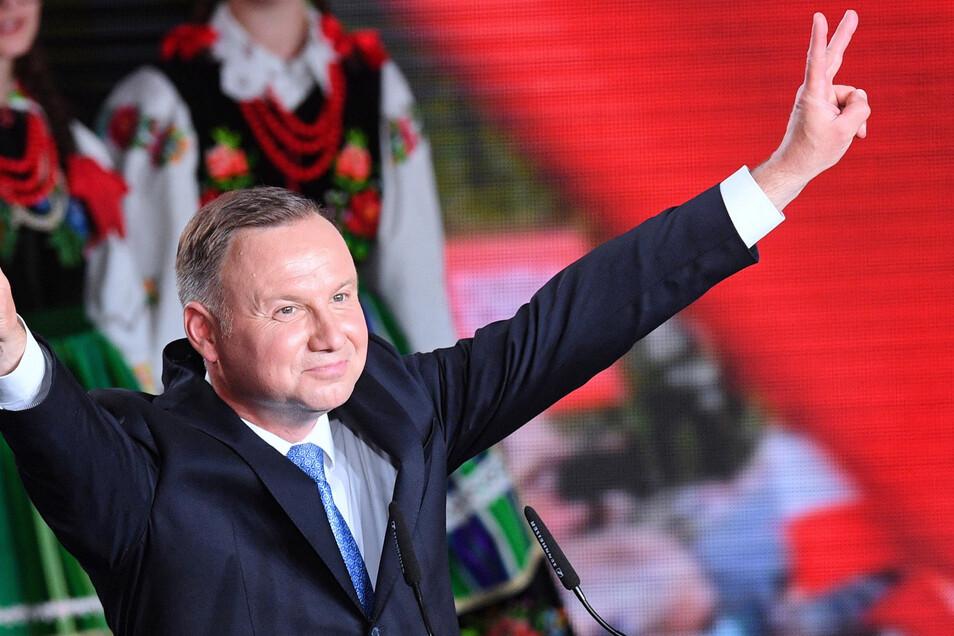 Andrzej Duda, Präsident von Polen und Kandidat für das Amt des Präsidenten der PiS (Recht und Gerechtigkeit), feiert sich auf einer Wahlparty am Abend nach der Präsidentschaftswahl.