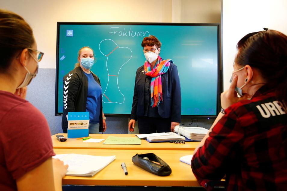 Anke Wilhelm (an der Tafel rechts), Schulleiterin am Institut für Gesundheit und Soziales in Großröhrsdorf, bereitet mit ihrem Team die Schüler auf die Prüfungen vor. Jessica Wiesner (l.), angehende Physiotherapeutin, lernt in Großröhrsdorf.
