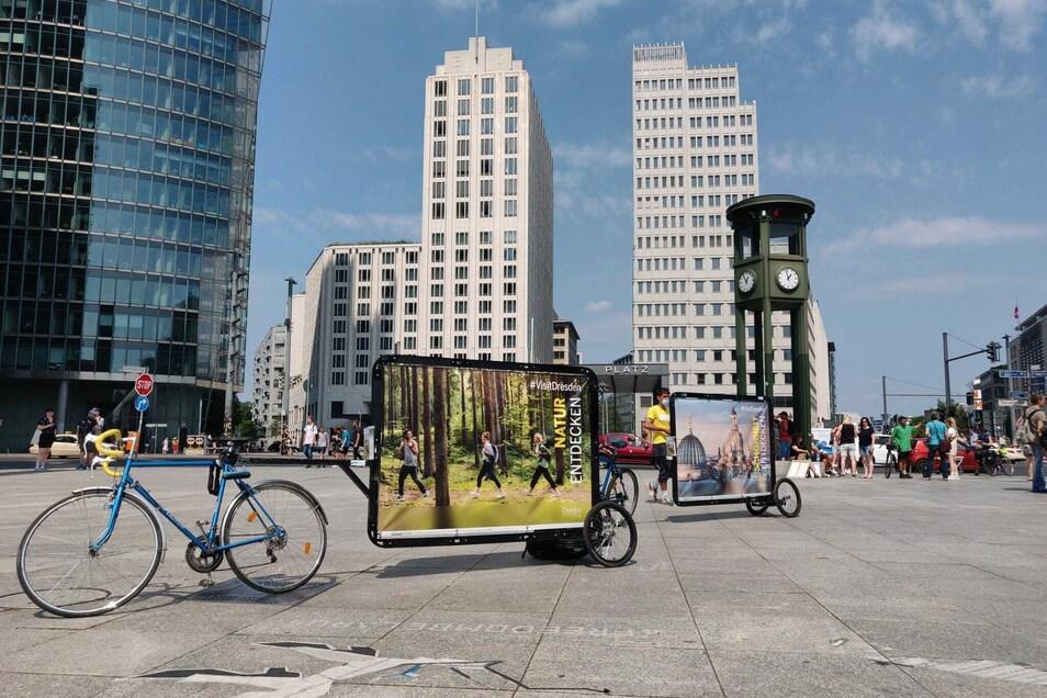 Mit Fahrrädern und Plakat-Anhängern wirbt Dresden noch bis Ende der Woche in vier deutschen Großstädten für einen Trip an die Elbe.