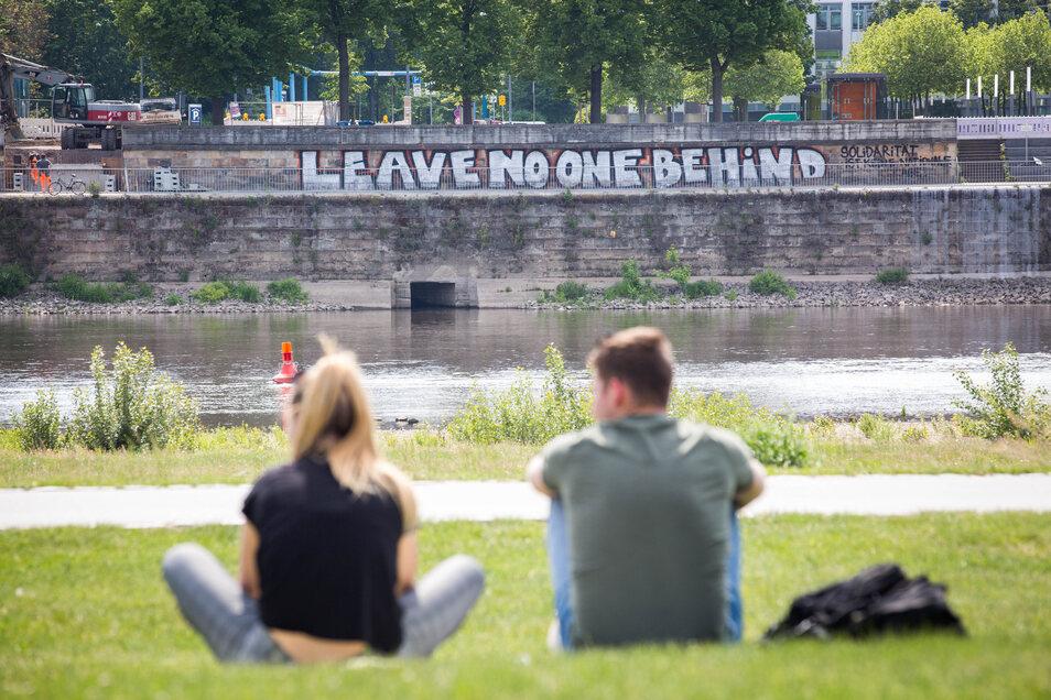"""""""Leave no one behind"""" fordert ein Schriftzug - """"Lasst niemanden zurück""""."""