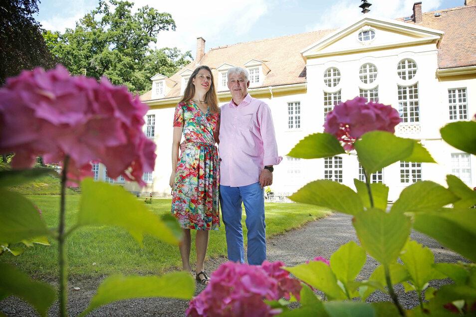 Im Park von Schloss Oberlichtenau blühen bisher nur ein paar wenige Hortensien. Die Besitzer Andreas von Hünefeld und seine Frau Daniela wollen aber noch mehr Farbtupfer schaffen.