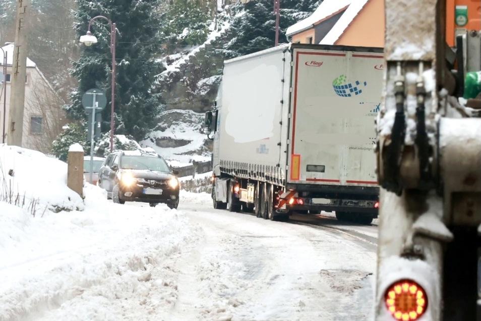 Dieser 40-Tonner kam auf der S 154 bei Bad Schandau den Berg nicht hoch. Der Verkehr staute sich.