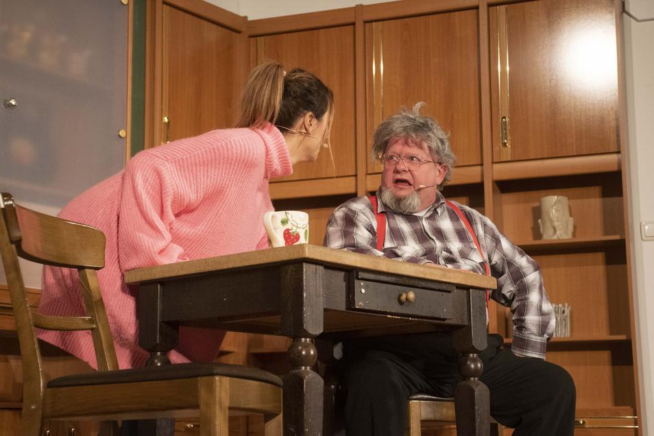 So nahe dürfen sich Kerstin Neumann (Lydia Ernst) und Hans Neumann (Holger Blum) künftig nicht mehr kommen. Schauspieler im Biertheater müssen den Mindestabstand einhalten.