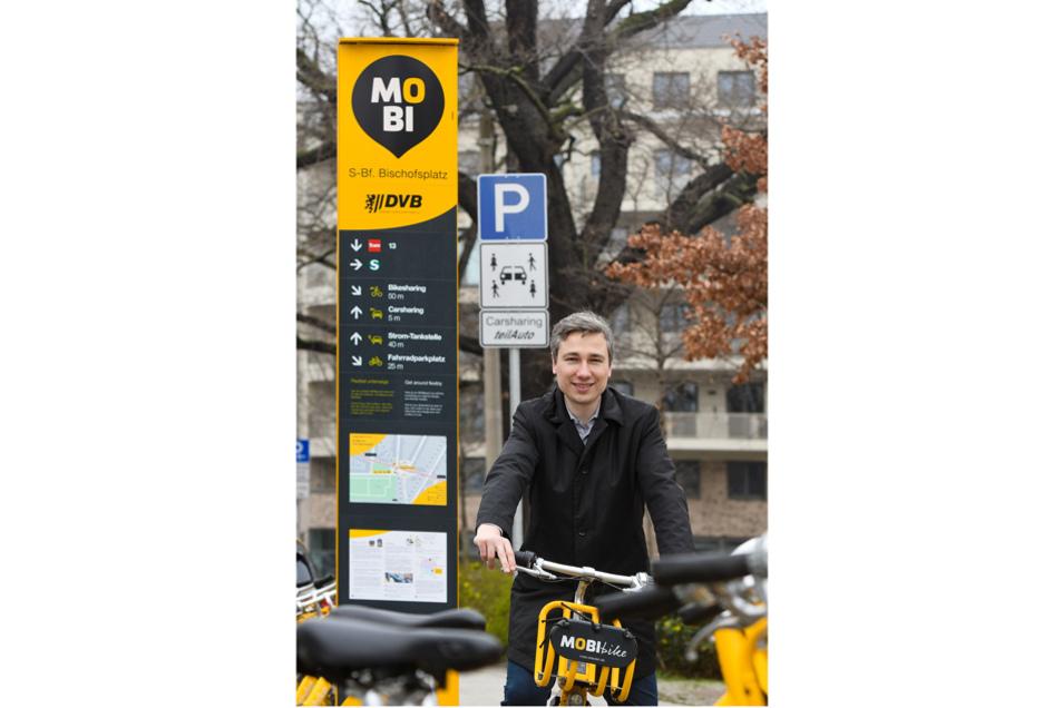 Der Dresdner Baubürgermeister Stephan Kühn freut sich besonders über den neuen Mobilitätspunkt am Bischofsweg. Bis Ende 2022 soll es in Dresden insgesamt mehr als 60 solcher MOBIpunkte geben.