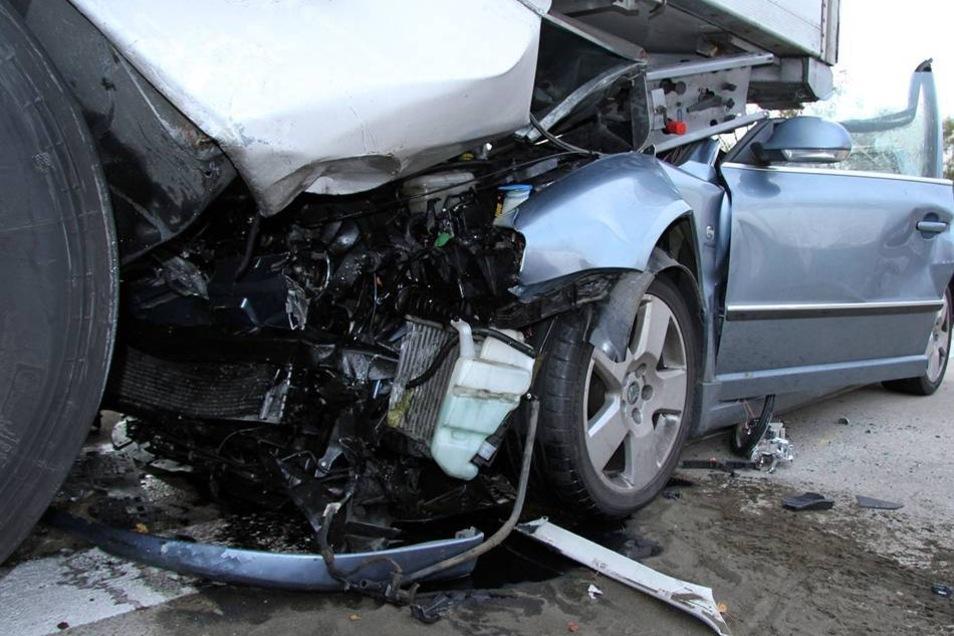 Der Aufprall war so stark, dass Fahrer und Beifahrerin in dem Auto eingeklemmt wurden.