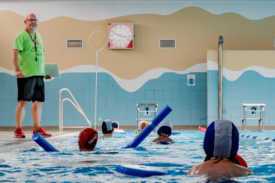 """Heiko Zschiesche, Leiter des Schulschwimmzentrums Kamenz, betont, wie wichtig es ist, sicher schwimmen zu können. """"Es ist ein Schutz vor dem Ertrinken."""""""