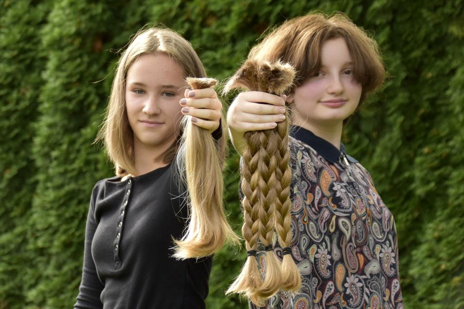 Haare ab für einen guten Zweck: Die 12-jährige Lea (l.) und die 13-jährige Aila wissen, dass ihr Haar nicht nur für sie allein so lange und schön gewachsen ist.