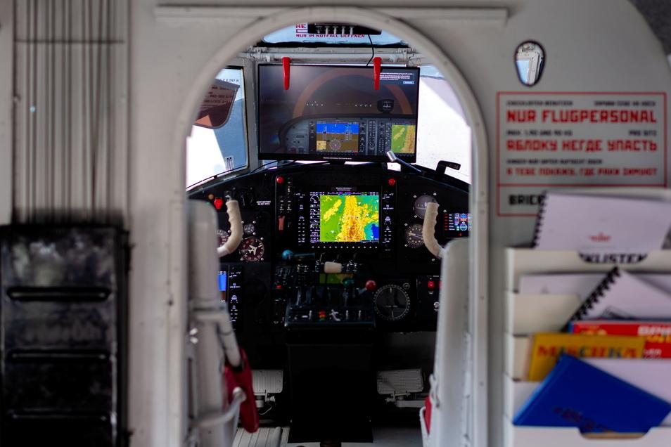 Ein Blick ins Cockpit der Antonov, mit Flugsimulator, Spielekonsole und echten Flugzeuggeräuschen.