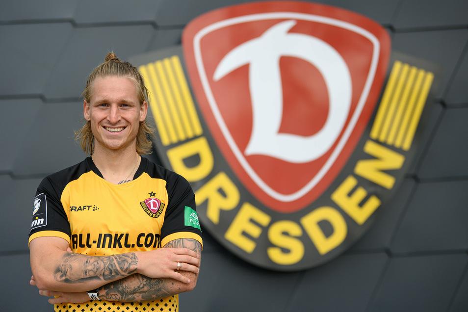 Marvin Stefaniak präsentiert sich stolz vor dem Dynamo-Logo. Nach drei Jahren ist der Mittelfeldspieler nach Dresden zurückgekehrt.