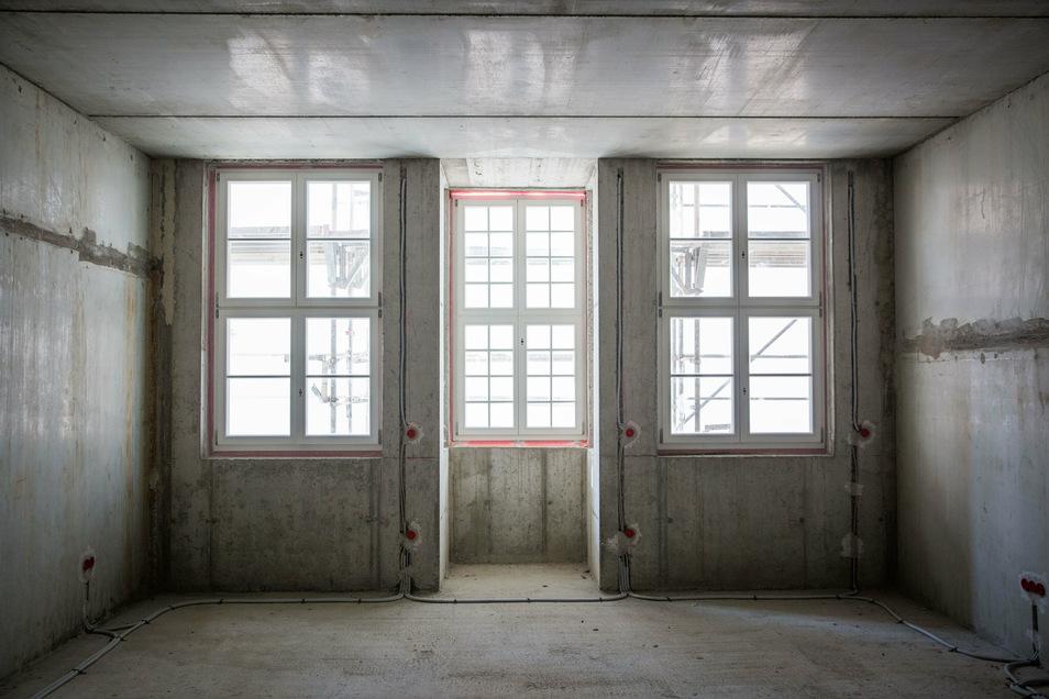 Einblicke in eine Wohnung zur Schloßstraße. Die Fassadenabhängung lässt derzeit nur wenig Licht hinein.