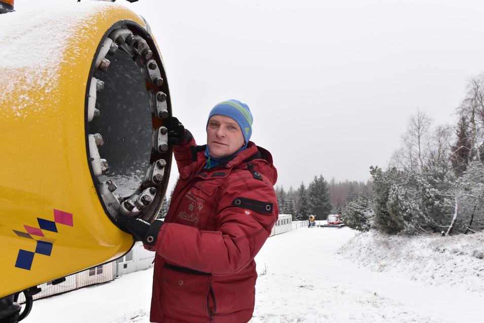 Markus Böhme ist für das Präparieren der Strecke zum paralympischen Skiweltcup verantwortlich und sorgt auch mit Hilfe der Schneekanone für den größtmöglichen Schneevorrat.