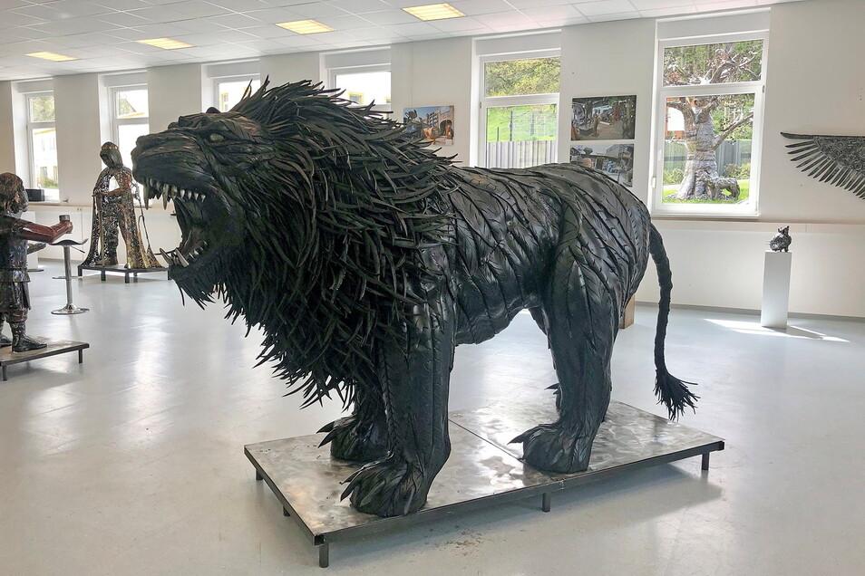 In Dorfhain sind Giganten aus Stahl zu sehen - und aus Autoreifen, wie dieser Löwe.